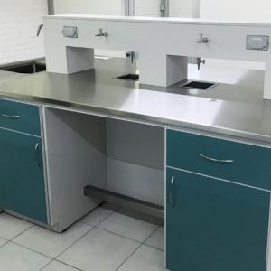Mesa laboratorio en isla en acero y melamina